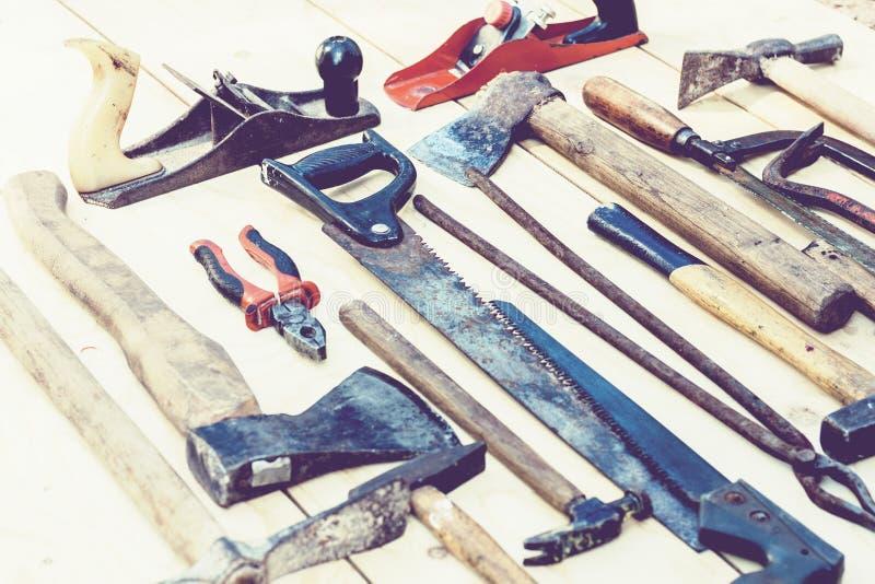 设置葡萄酒手在木背景的建筑工具 库存照片
