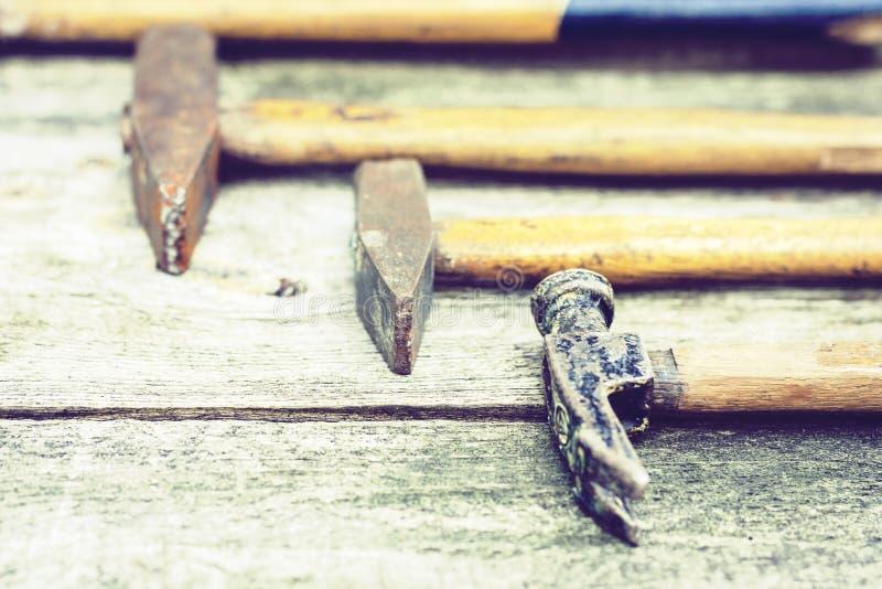 设置葡萄酒手建筑工具锤击在木背景,减速火箭的概念 库存照片