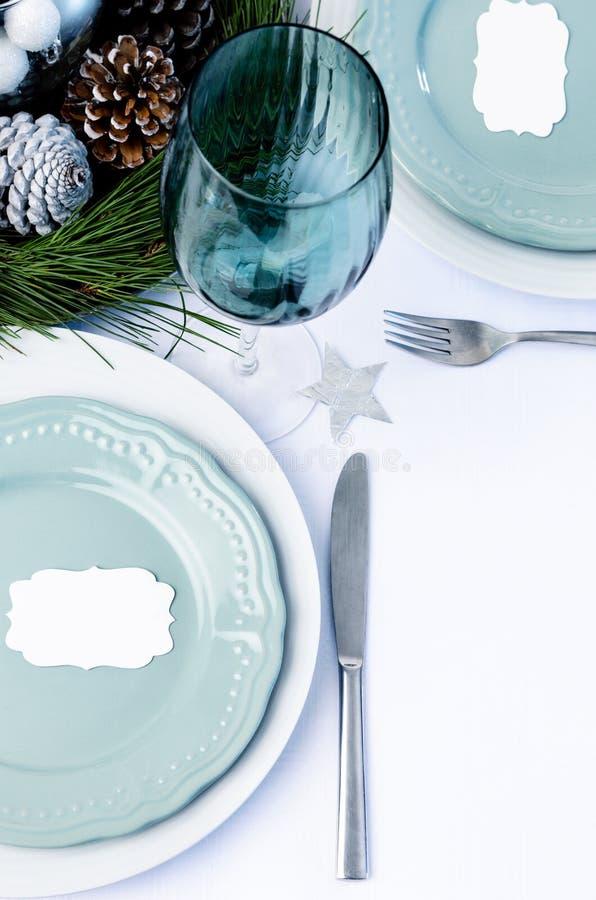 设置蓝色题材的装饰的圣诞晚餐桌 免版税库存图片