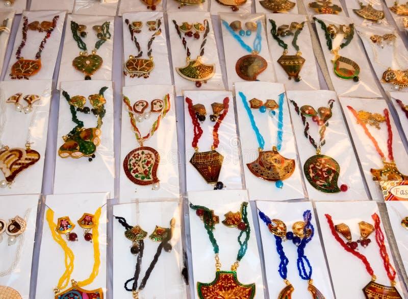 设置被手工造的首饰由Rajasthani艺术家 库存图片