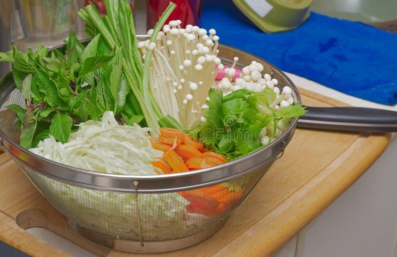 设置许多菜,为自创sukiyaki或shabu做准备 免版税库存照片