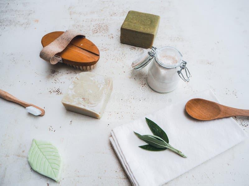 设置eco友好的化妆品和卫生间产品例如竹牙刷、身体刷子和自创牙膏 免版税库存图片