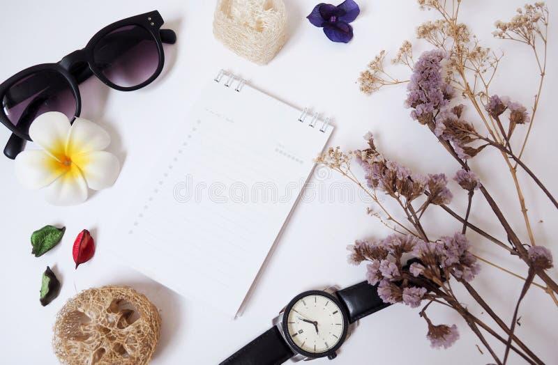 设计与笔记本、玻璃、纸、时钟和干花的背景模板 免版税库存图片