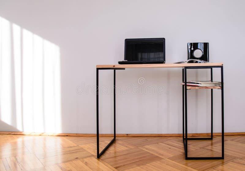 设计事务所书桌做了†‹â€ ‹木头和金属 免版税库存图片