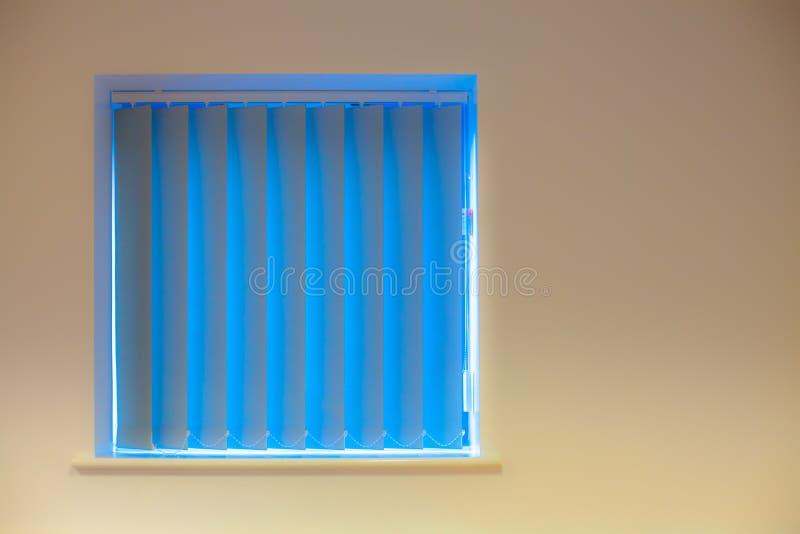设计内部现代 在窗口的蓝色垂直窗帘在叫喊 图库摄影