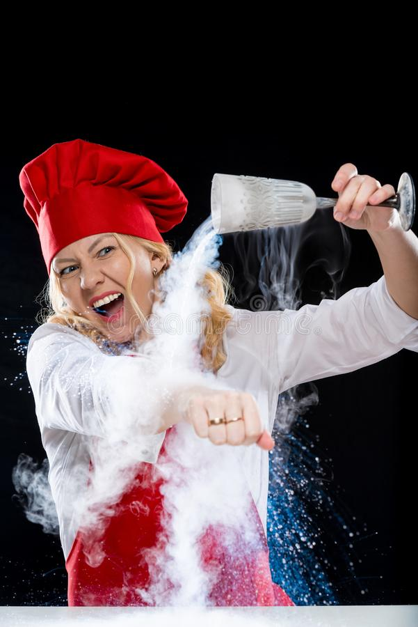 设计卡通者做与液氮的妇女厨师一个实验  库存照片