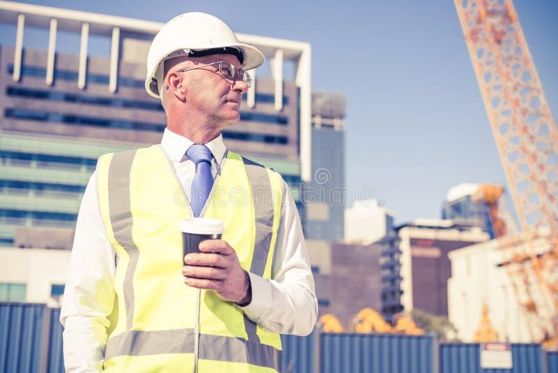 设计在建造场所的建造者晴天用咖啡我 免版税库存图片