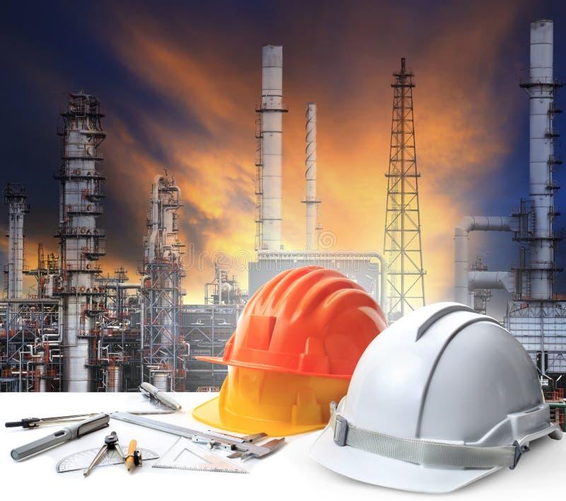 设计在炼油厂植物重的石油化学制品的工作表 免版税图库摄影