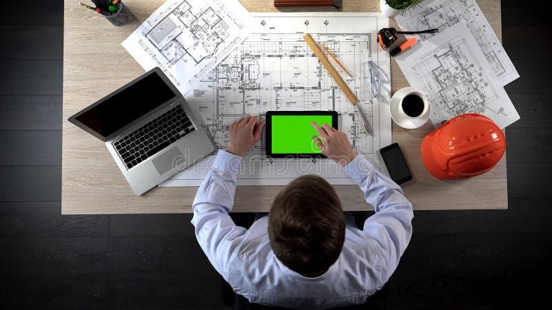 设计增加标记到建筑项目网上布局,绿色屏幕片剂 免版税库存图片