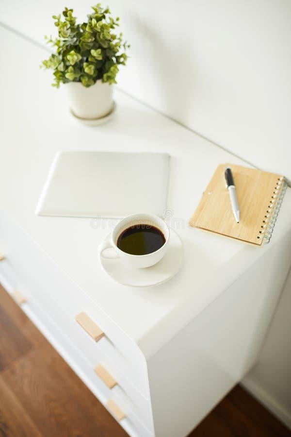 设计师、博客作者或者自由职业者创造性的工作的几个对象  免版税库存照片
