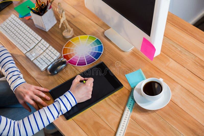 设计师与三原色圆形图和数字化器一起使用 免版税库存照片
