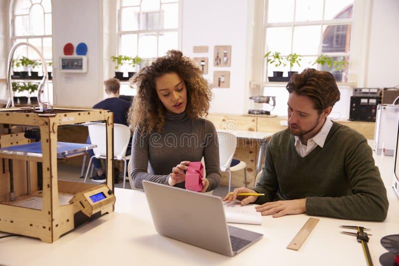 设计师与3D打印机一起使用谈论原型 免版税库存图片