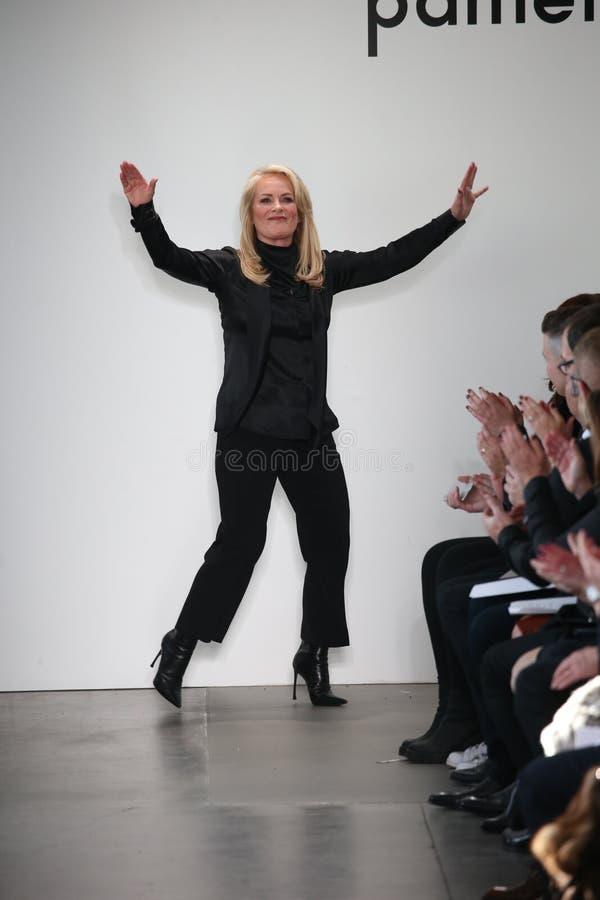 设计师在Pamella罗兰特时装表演以后招呼观众 免版税库存照片