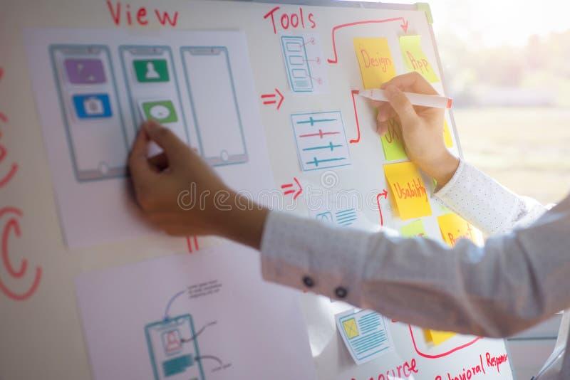 设计师妇女画的申请排序布局的特写镜头手对开发的流动应用的 用户经验设计 免版税库存图片
