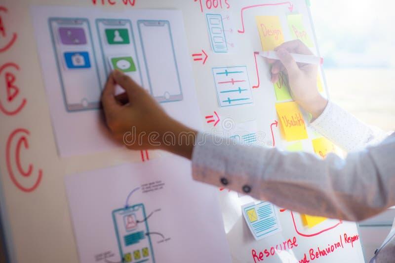 设计师妇女画的申请排序布局的特写镜头手对开发的流动应用的 用户经验设计 免版税库存照片