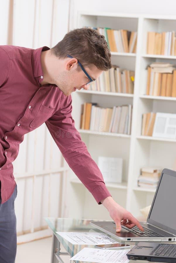设计师或程序员在工作 免版税库存照片