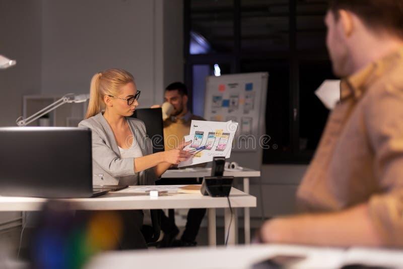 设计师或软件开发商在夜办公室 免版税库存图片