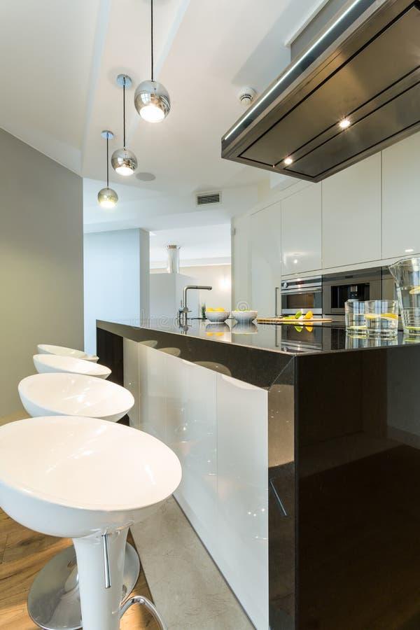 设计师椅子在现代厨房里 库存图片