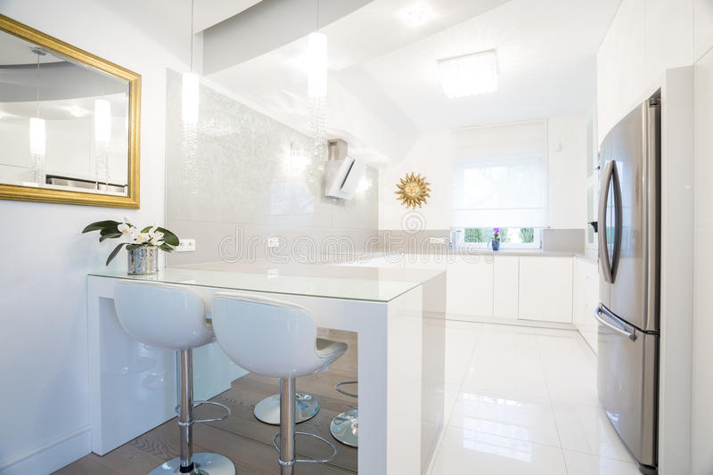 设计师白色厨房内部 免版税库存照片