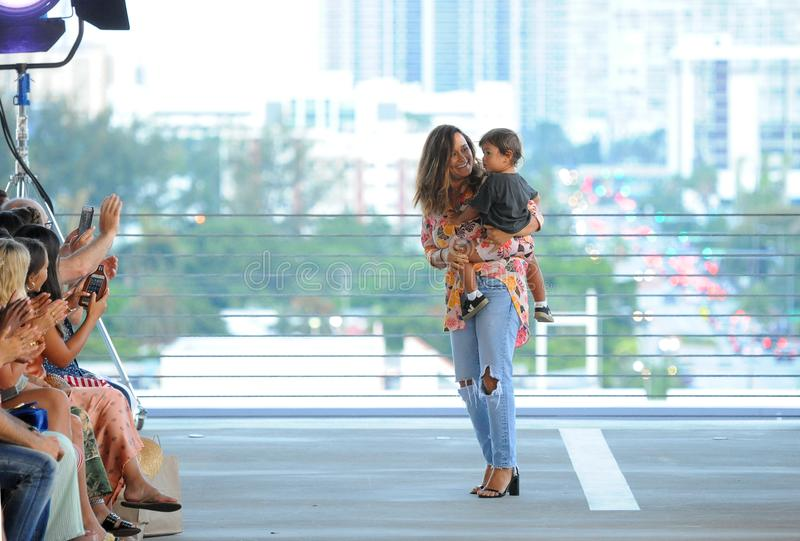 设计师Naomi金合欢Newirth和她的孩子公平地走金合欢手段的2019跑道在Paraiso时尚期间 免版税库存图片