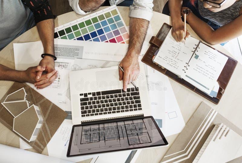 设计演播室建筑师创造性的职业会议图纸Co 库存照片
