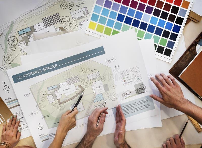 设计演播室建筑师创造性的职业会议图纸Co 图库摄影