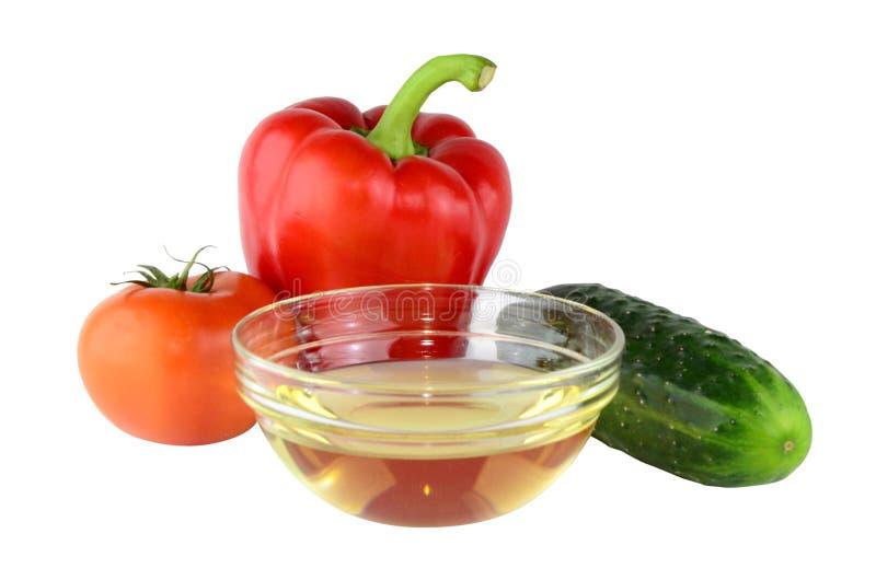 设计用胡椒、蕃茄、黄瓜和油。 免版税库存照片