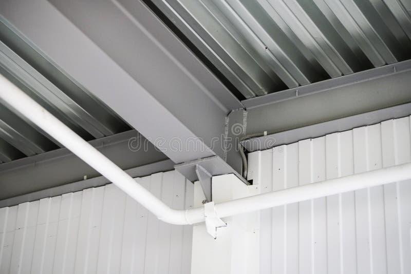 从设计的天花板和部分的热化在天花板的 库存图片