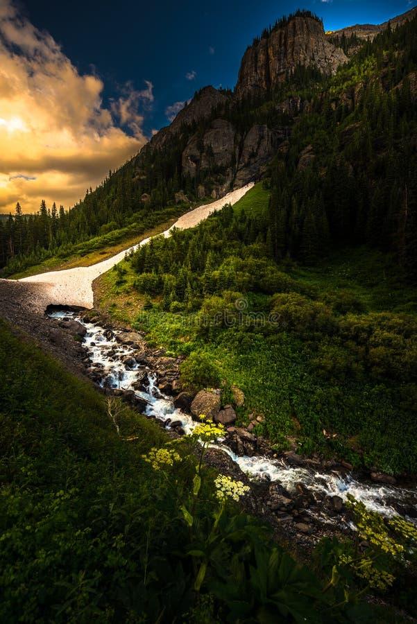 设计高山圈科罗拉多Uncompahgre河机智的通行证零件 免版税库存图片