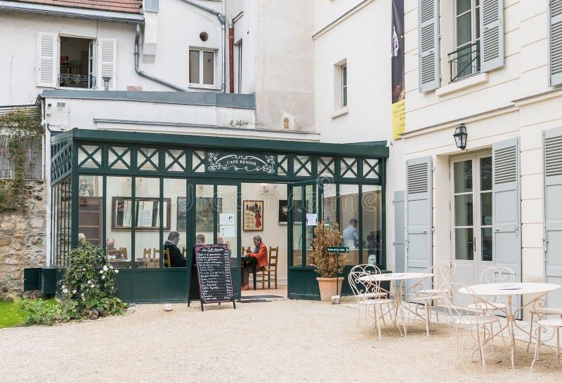 访客享用咖啡在Musee de Montmar的咖啡馆雷诺阿 库存图片