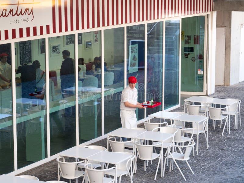 访客和侍者夏天葡萄牙咖啡馆的 库存图片