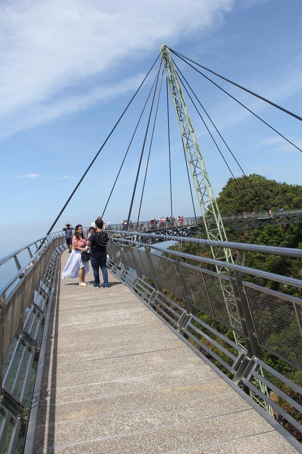 访客在凌家卫岛天空桥梁走 库存照片