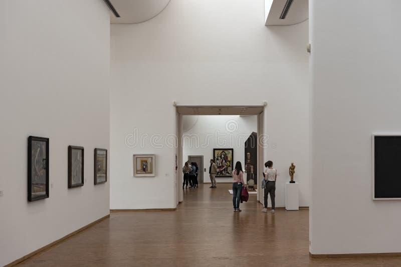 访客在博物馆路德维希,科隆香水,德国的展示厅 免版税库存照片