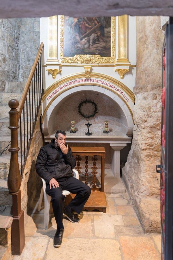 访客在法坛附近坐在房子的走廊在耶路撒冷,以色列老  免版税库存图片