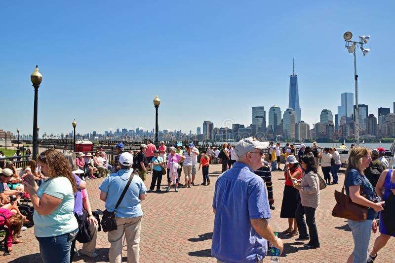 访客在自由国家公园等雕象巡航参观Liberty夫人和埃利斯岛的移民博物馆 免版税库存照片