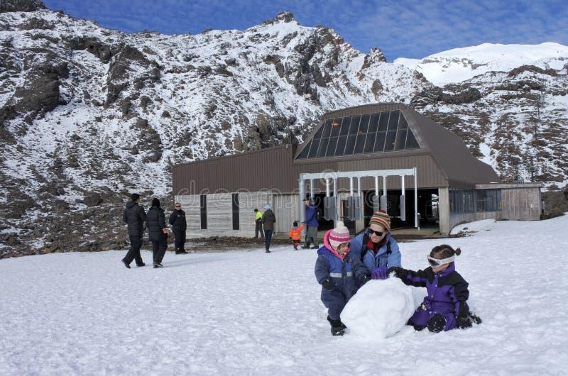 访客在鲁阿佩胡山的Whakapapa skifield修造雪人 免版税库存照片