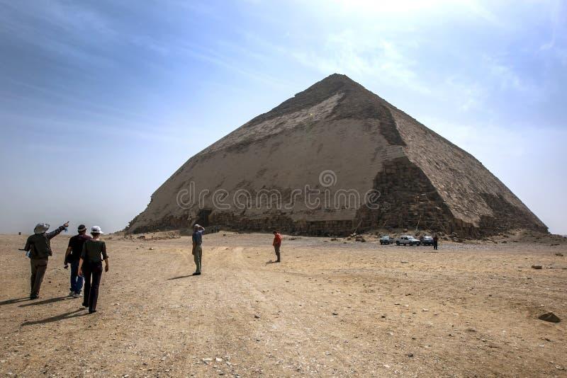 访客在代赫舒尔接近弯的金字塔在埃及 免版税图库摄影