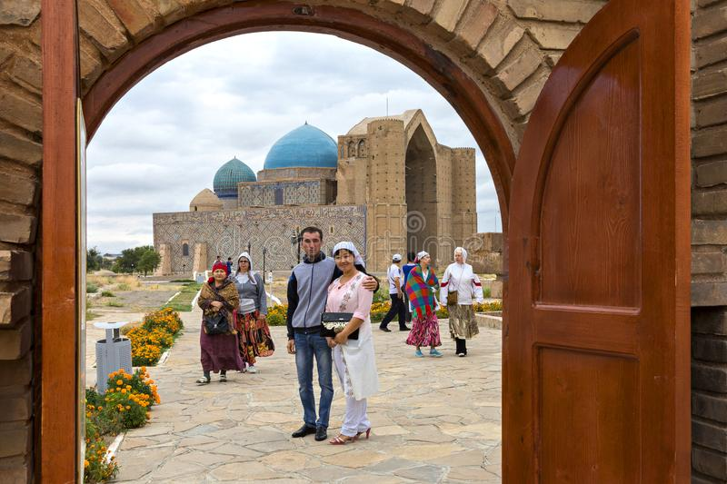 访客在Khoja阿哈迈德Yasawi陵墓在土耳其斯坦,哈萨克斯坦 库存图片