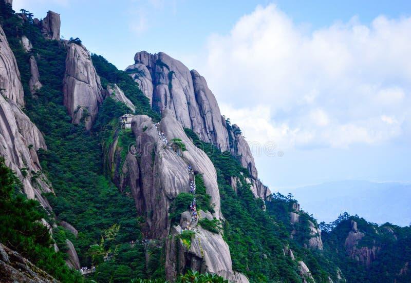 访客攀登黄山在安徽中国的黄色山 免版税库存图片