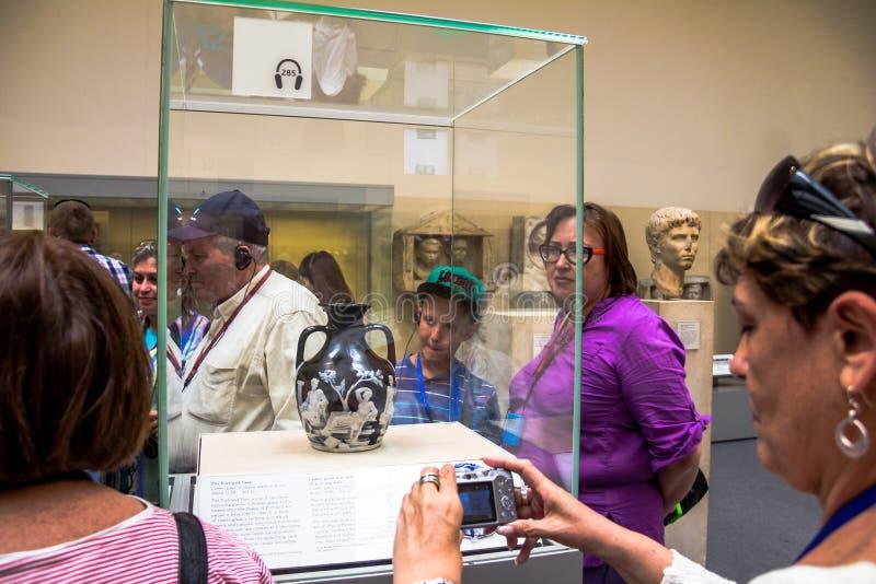 访客看看罗马波特兰花瓶 英国博物馆 伦敦英国 库存图片