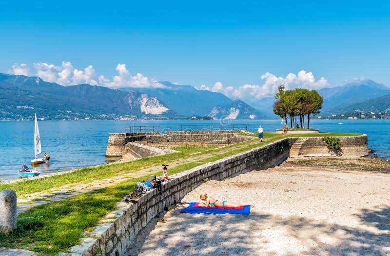 访问塞罗的游人在马焦雷湖岸靠岸  免版税库存图片