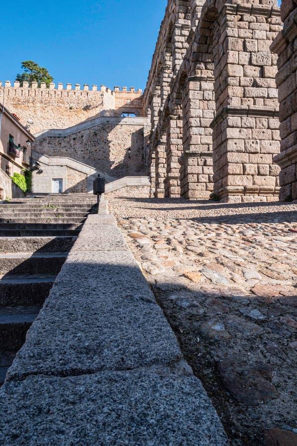 访问墙壁的罗马渡槽和台阶的部份看法 库存照片