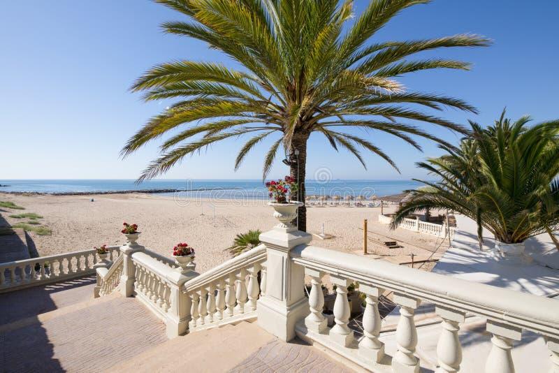 访问对与水平的棕榈和的台阶的Benicassim海滩 图库摄影