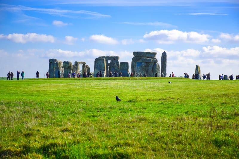 访问巨石阵,一座史前石纪念碑的游人在萨利,威尔特郡,英国,英国 库存图片