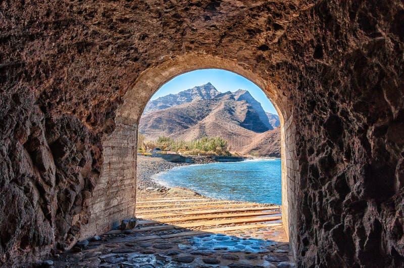 访问隧道对美丽的LA Aldea海滩在大加那利岛 免版税库存照片