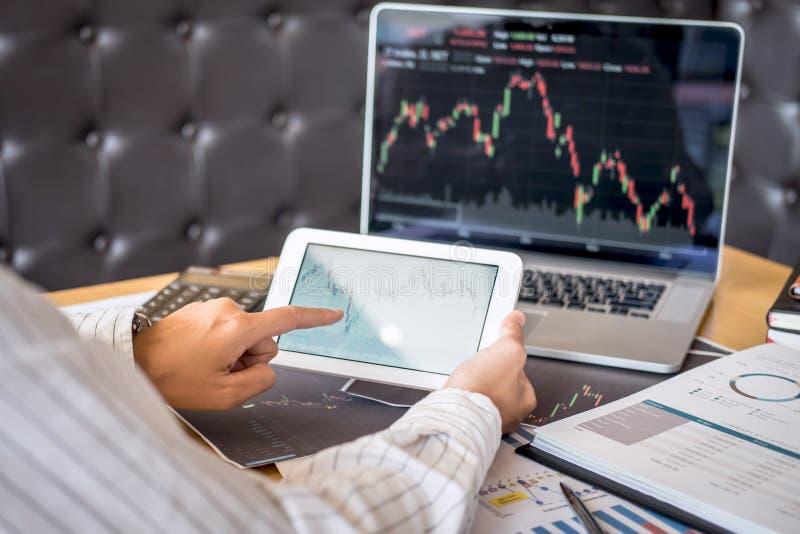 证券交易市场概念,企业投资者换或分析的股票经纪人有计划和与显示屏和 免版税库存照片
