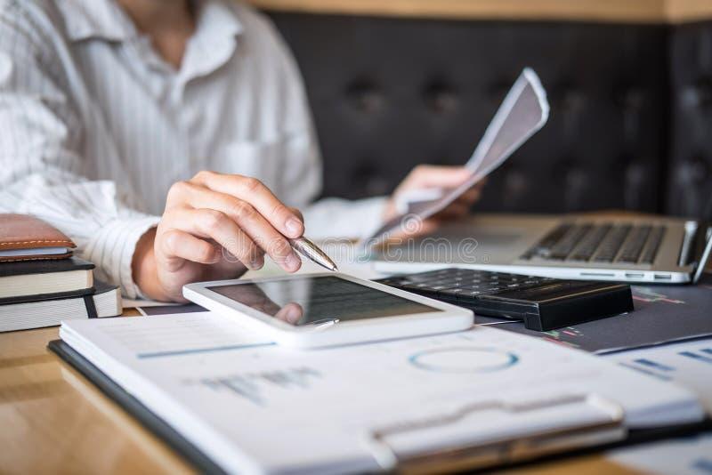 证券交易市场概念,企业投资者换或分析的股票经纪人有计划和与显示屏和 免版税库存图片