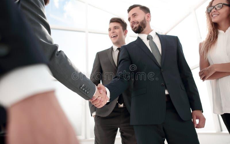 证实与他们的握手的商务伙伴交易 库存照片