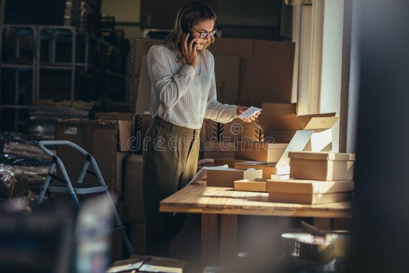 证实在电话的妇女命令 免版税库存照片