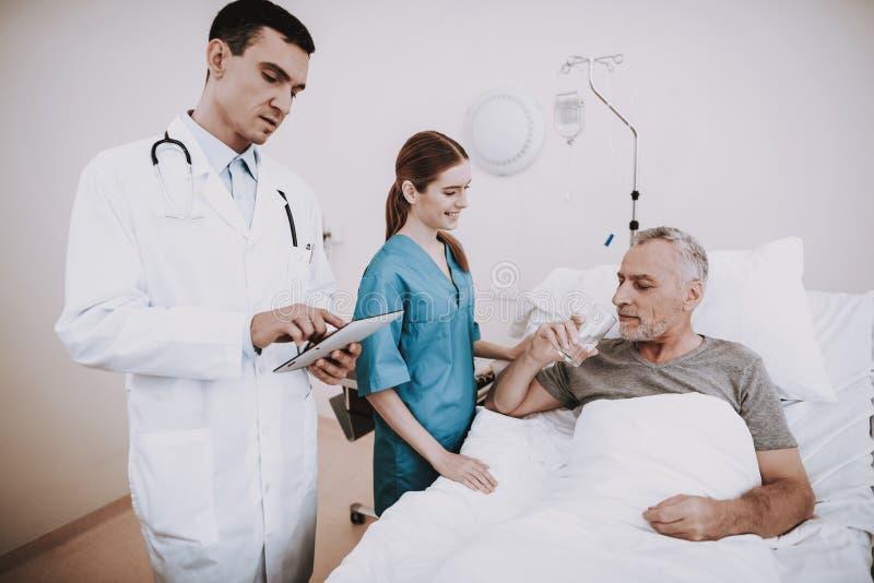 诊所和医生有患者的 老医院人 免版税库存图片